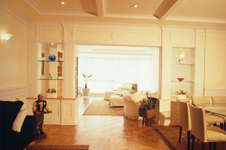 Prateleira de vidro em sala integrada Projeto de Ana Luisa Previde