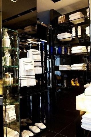Prateleira de vidro no banheiro Projeto de Oscar Mikail