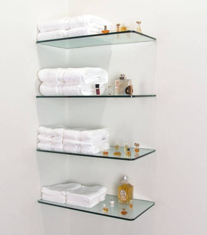 Prateleira de vidro no banheiro