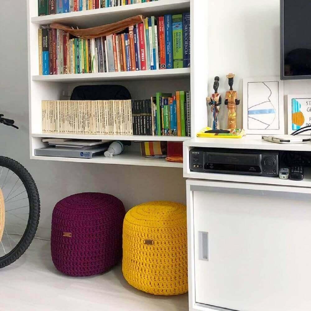 Puff para sala com design em tricô colorido