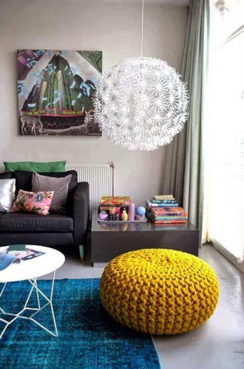 Puff para sala feito em tricô encanta a decoração do ambiente
