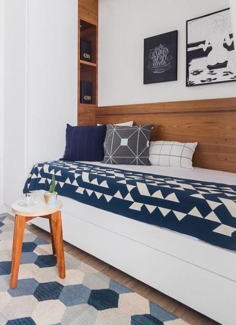Quarto de solteiro azul e branco minimalista Projeto de Duda Senna