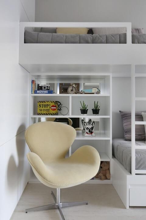 Quarto de solteiro com cama suspensa Projeto de Chris Silveira e Arquitetos