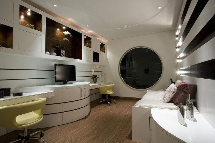 Quarto de solteiro com janela circular Projeto de Aquiles Nicolas Kilaris