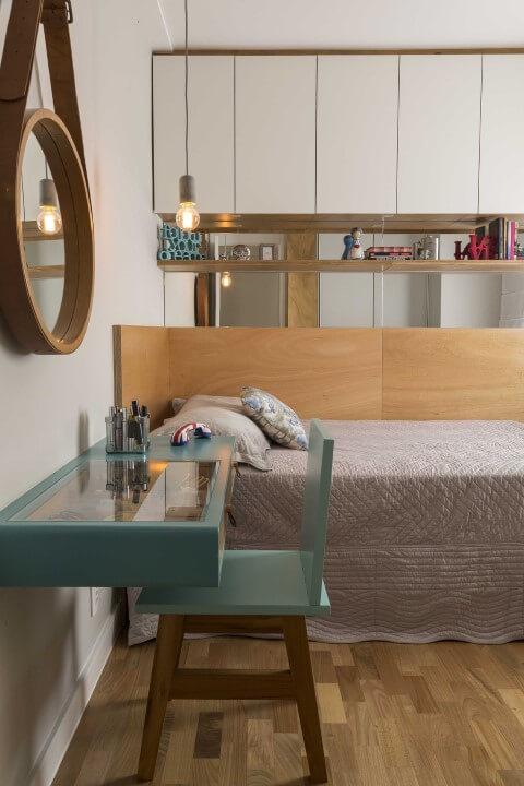 Quarto de solteiro com móveis planejados Projeto de Ana Yoshida