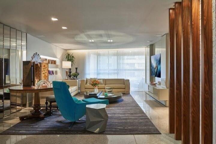 Sala de estar com poltrona azul Tiffany Projeto de Gislene Lopes