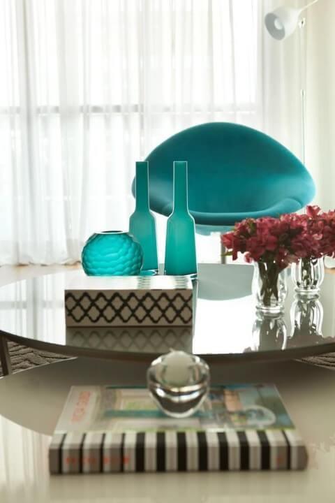 Sala de estar com poltrona azul Tiffany Projeto de Liliana Zenaro