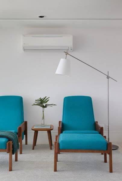 Sala de estar com poltrona azul tiffany Projeto de Rap Arquitetura
