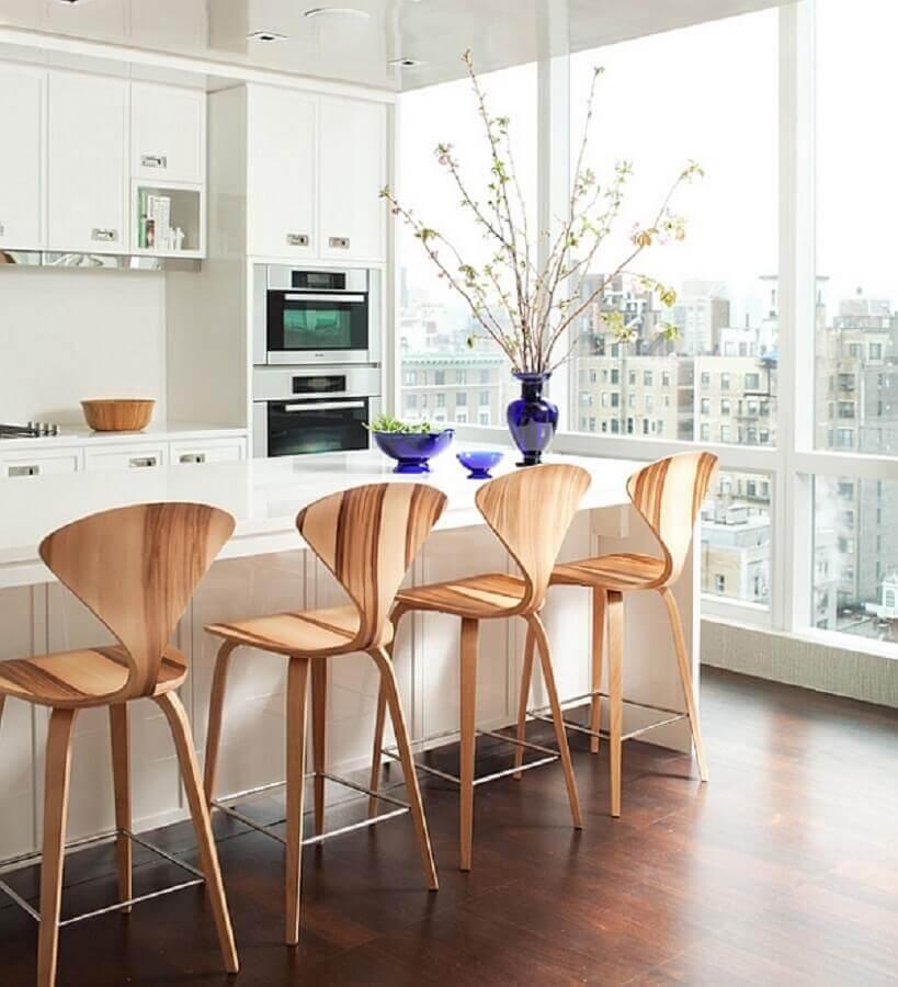 ambiente clean com banquetas de madeira para cozinha americana