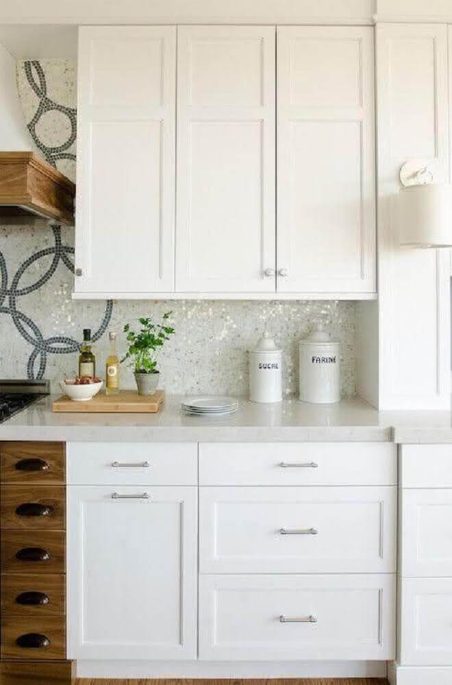 armário de cozinha com pedra silestone branca