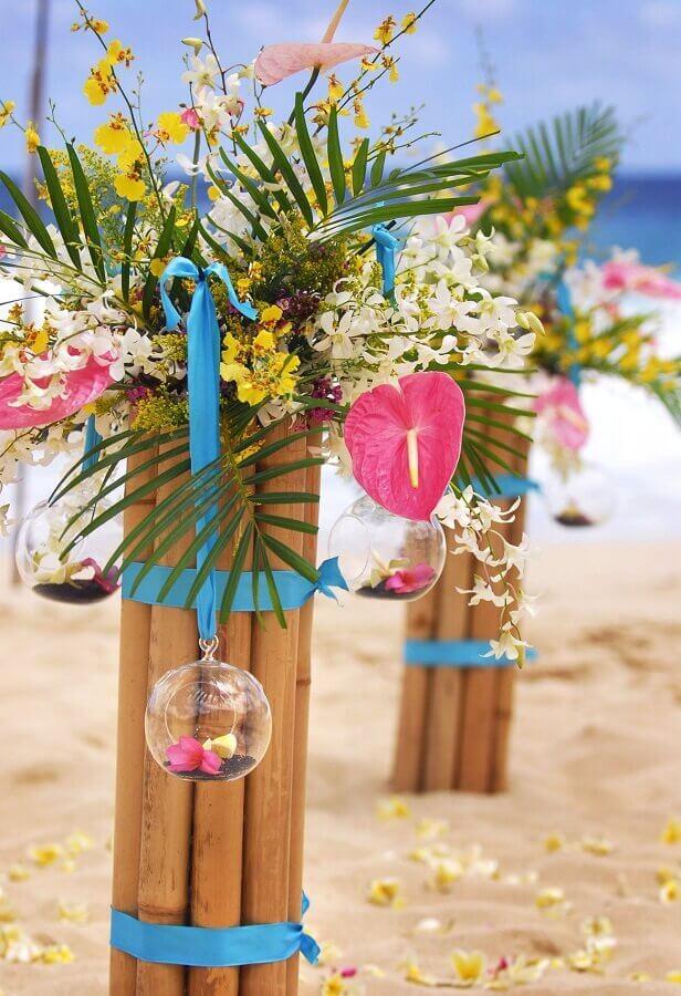 arranjo de flores coloridas para decoração de casamento na praia Foto Bright Wedding Ideas
