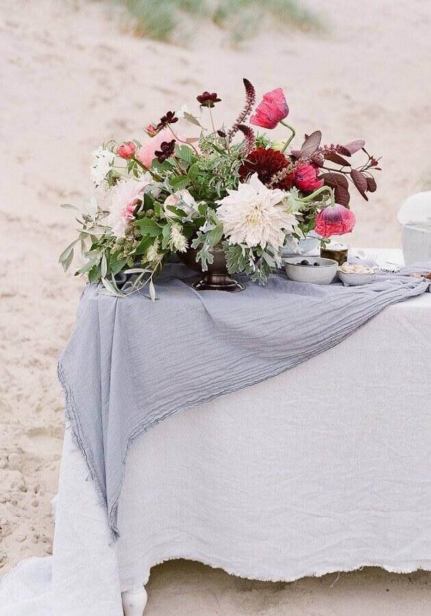 arranjo de flores para decoração de casamento na praia Foto Rock My Wedding