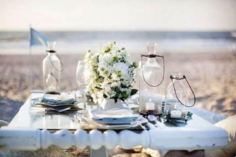 arranjo de flores para mesa de noivado na praia