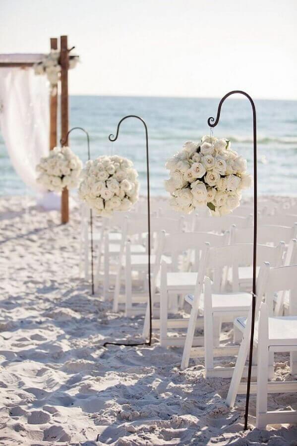 arranjo de rosas brancas para decoração de casamento na praia