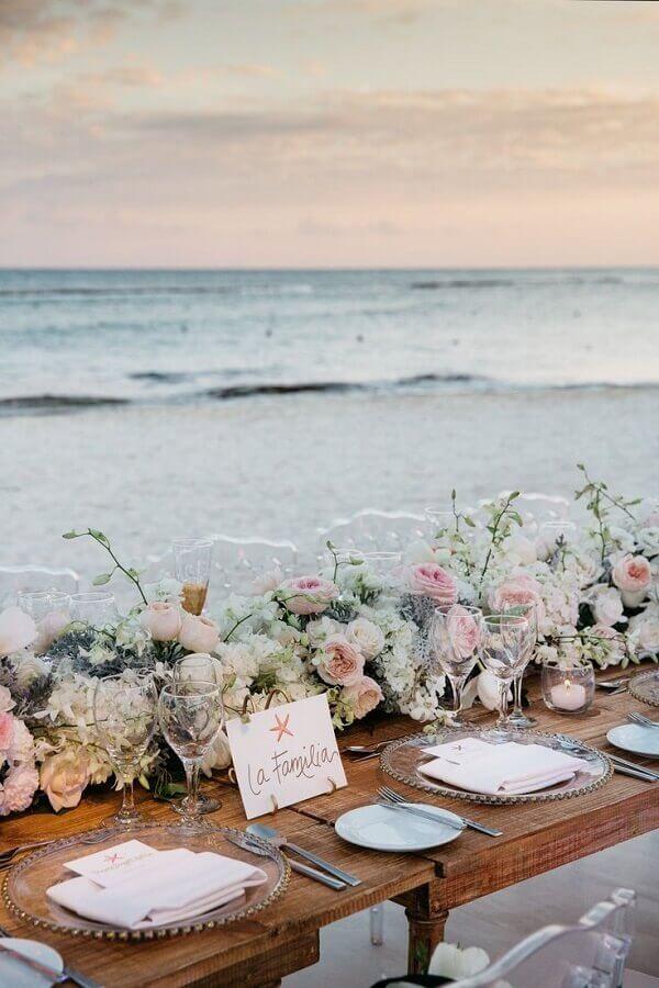 arranjo de rosas para decoração de mesa de casamento na praia Foto Inside Weddings