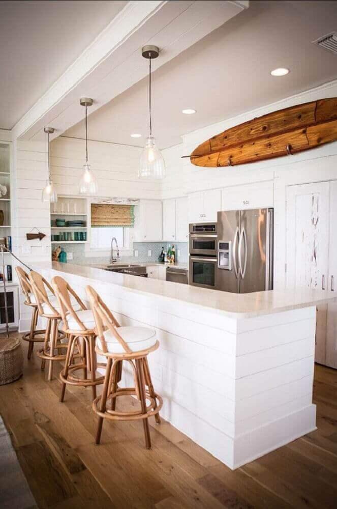 bancos para cozinha americana decorada com prancha de madeira e pendentes sobre bancada Foto Tuvalu Home