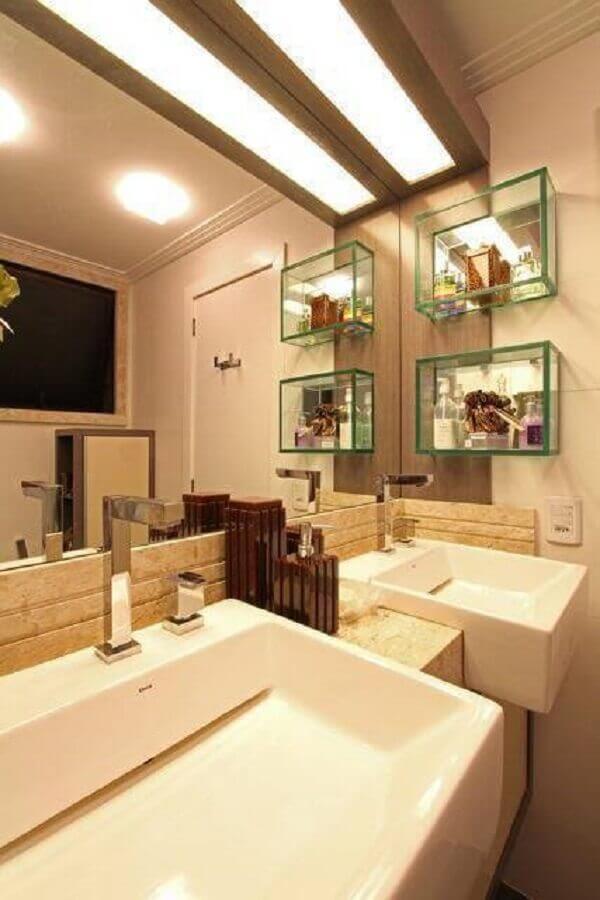 Decoração com nicho de vidro para banheiro em tons sóbrios