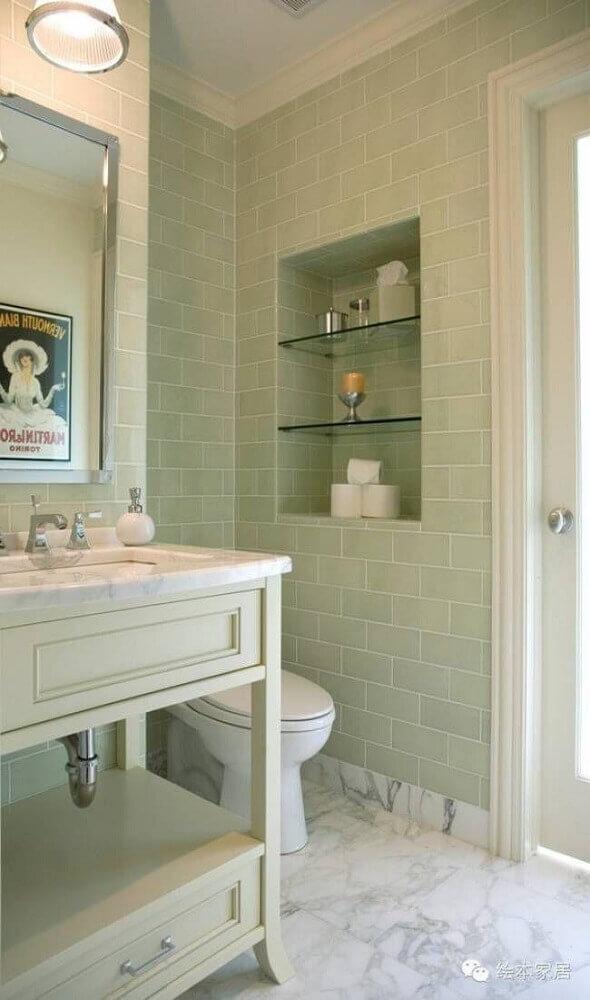 banheiro com nicho embutido e prateleiras de vidro
