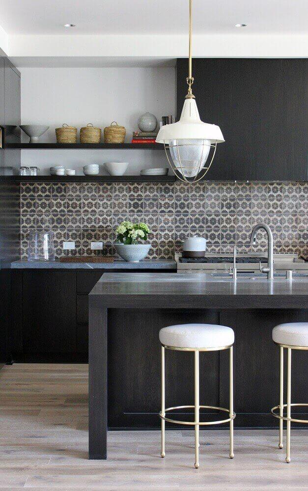 banquetas baixas para cozinha com balcão preto e azulejo estampado Foto Adriana Scartaris