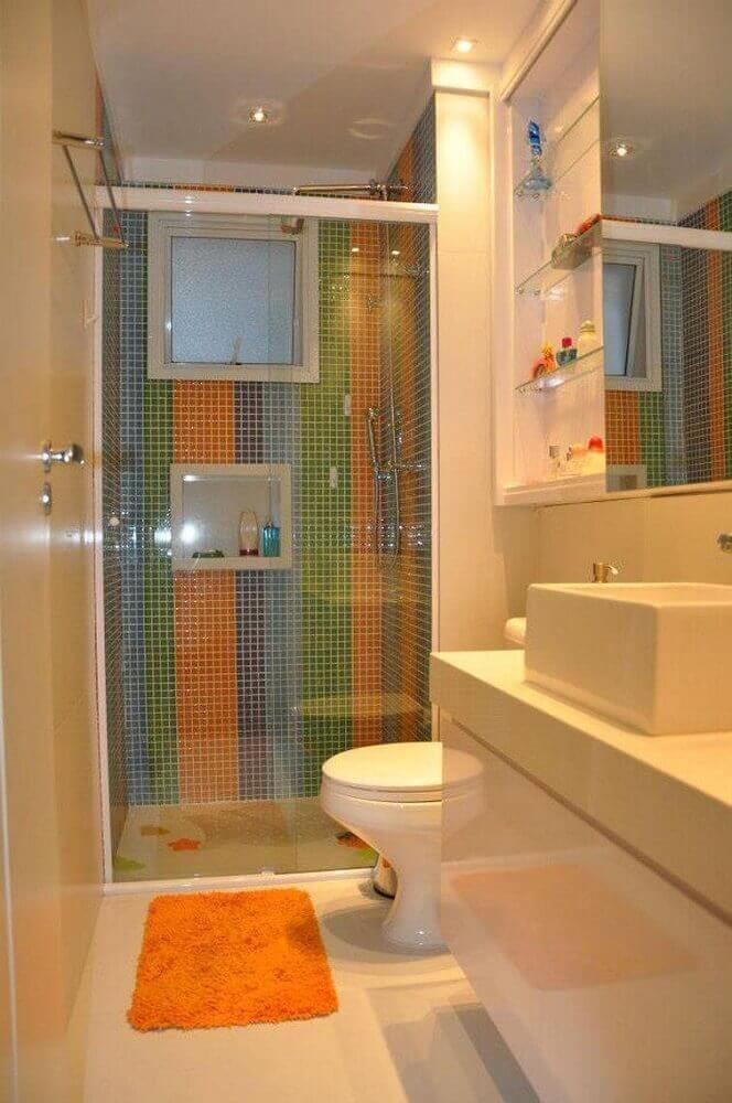 box de banheiro com nicho e pastilhas coloridas
