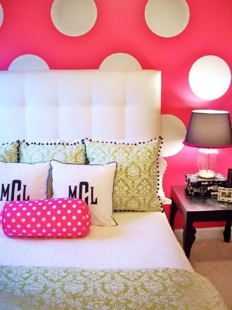 cabeceira estofada para quarto feminino com papel de parede rosa de bolinhas