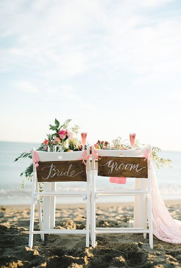 cadeiras dos noivos decoradas para casamento na praia