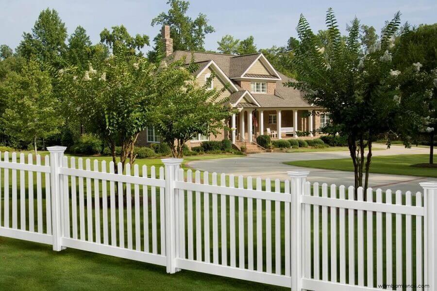 canteiro com cerca branca de madeira