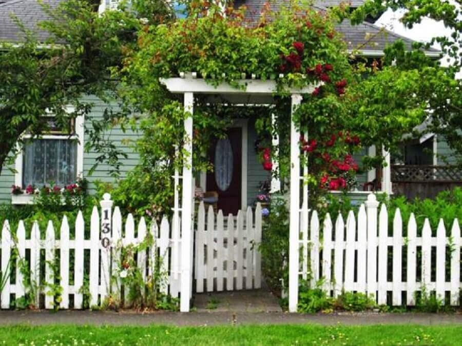 casa com cerca branca de madeira
