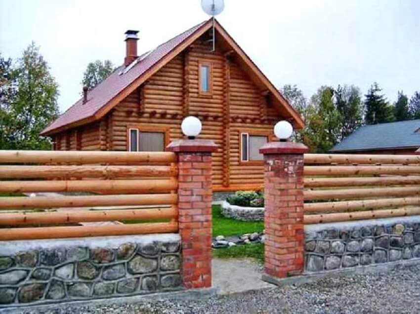 casa com cerca de madeira e tijolo a vista