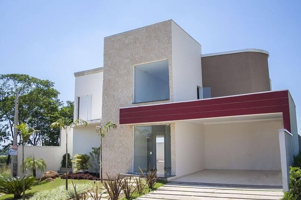 casa com platibanda e cor vinho na fachada