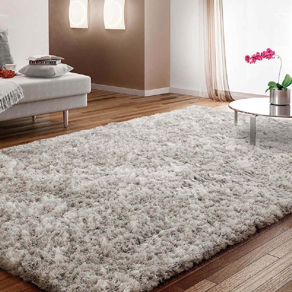 casa decorada com tapete peludo e cinza