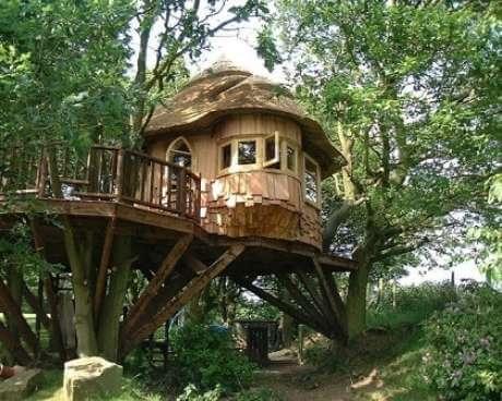 35 -Casa na árvore com sacada redonda
