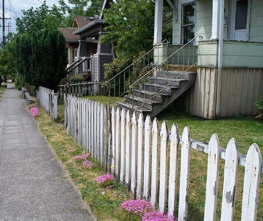 casa simples com cerca de madeira