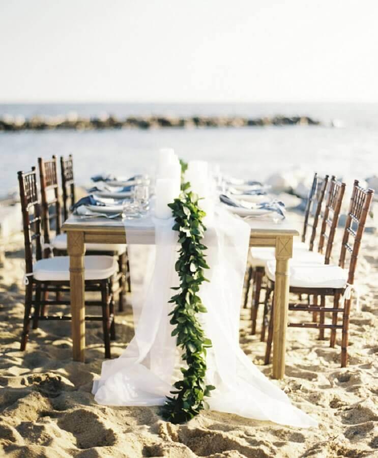 casamento na praia com decoração rústica com folhagem