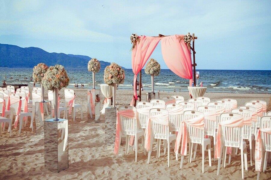 casamento na praia em tons de rosas e grandes arranjos de flores