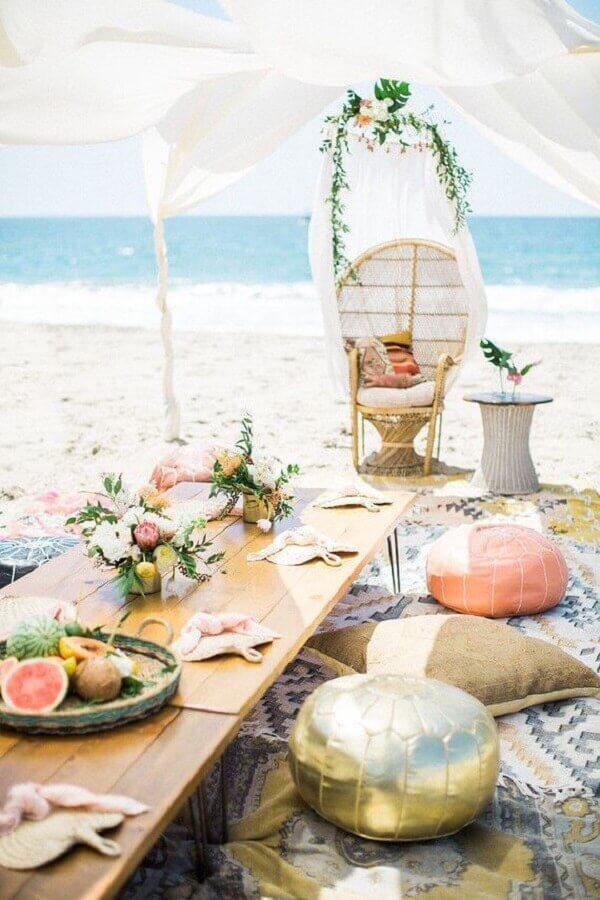 casamento na praia simples decorado com almofadas e mesa de madeira Foto RO & CO Events