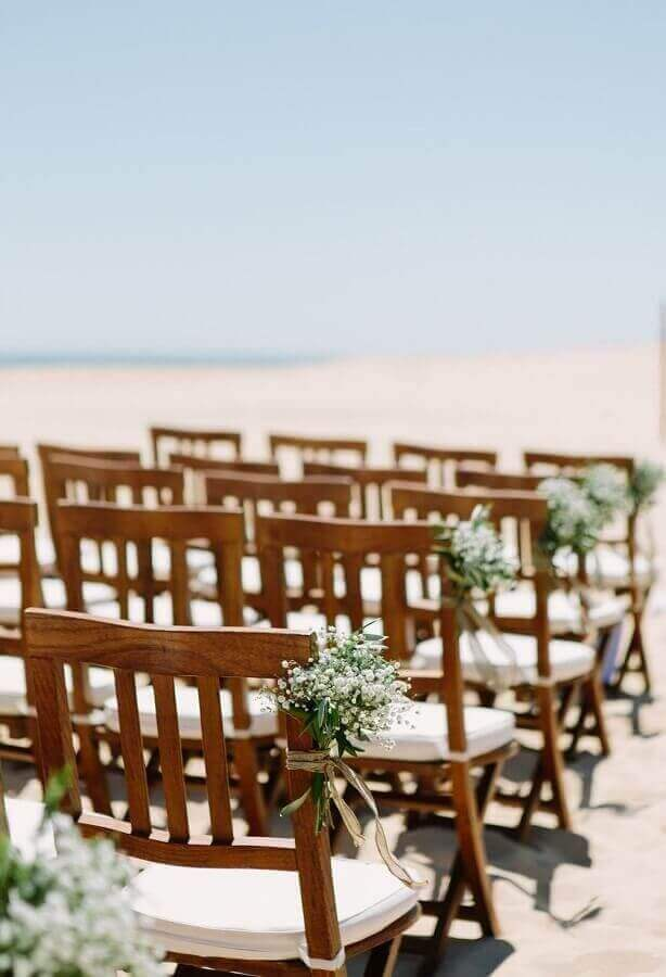 casamento na praia simples decorado com pequenos arranjos de flores brancas Foto Pinterest