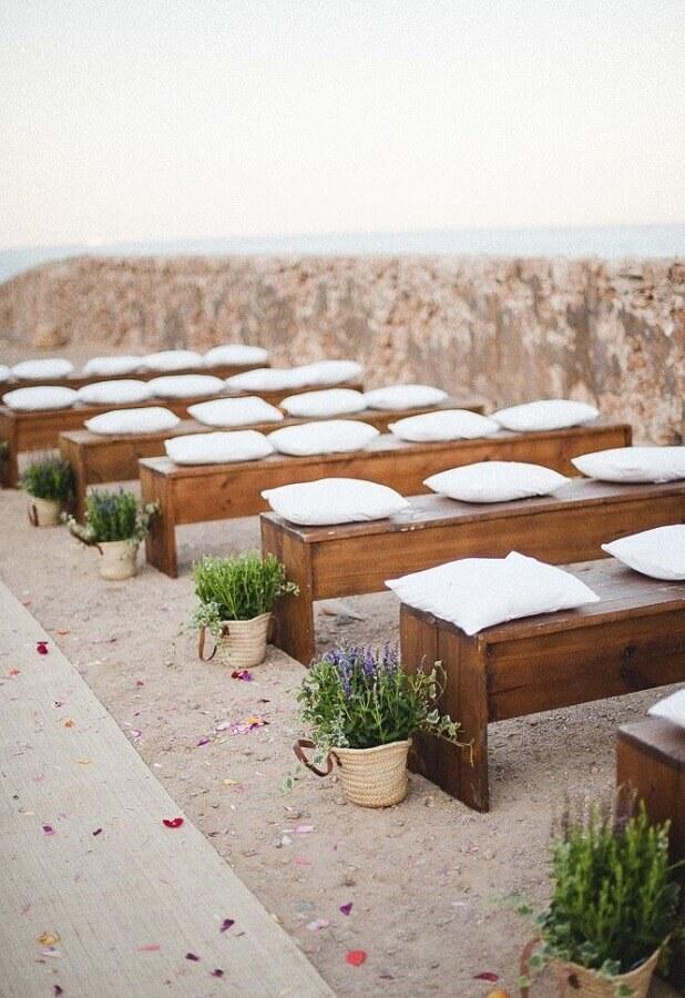 casamento na praia simples e rústico decorado com pequenos vasos de lavandas Foto Pinterest
