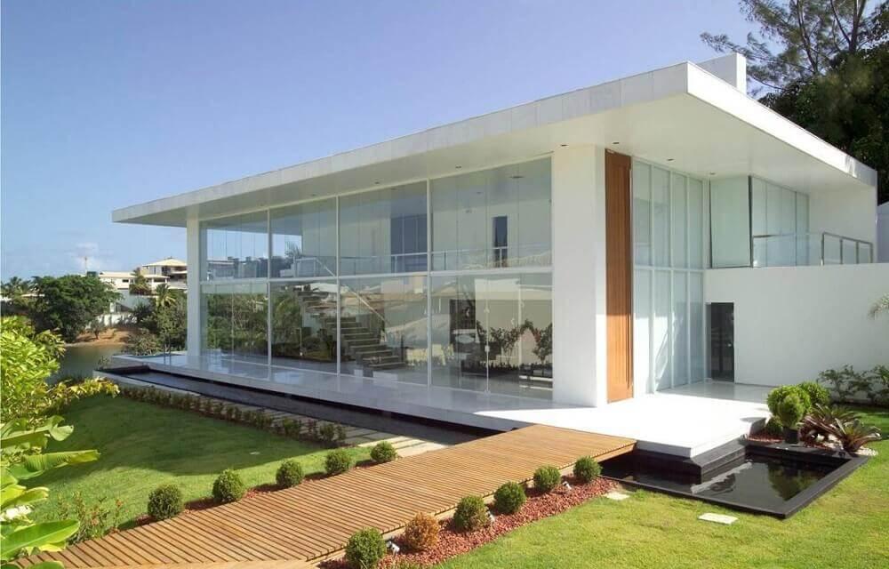 casas com platibanda e paredes de vidro