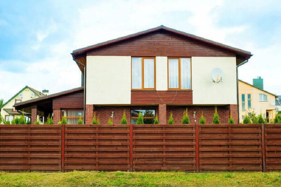 casas de campo com cerca de madeira