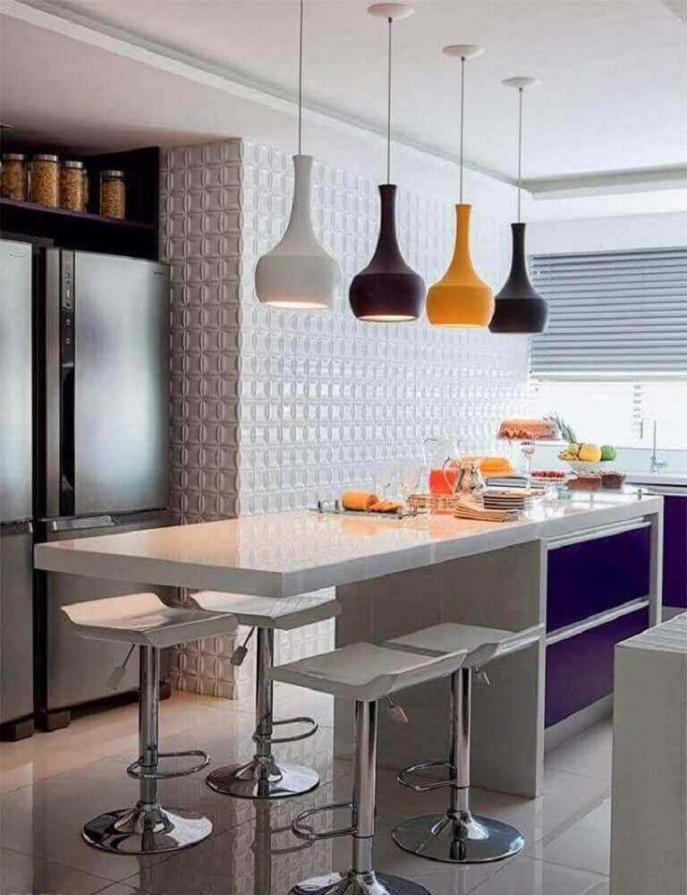 cozinha americana com banquetas brancas