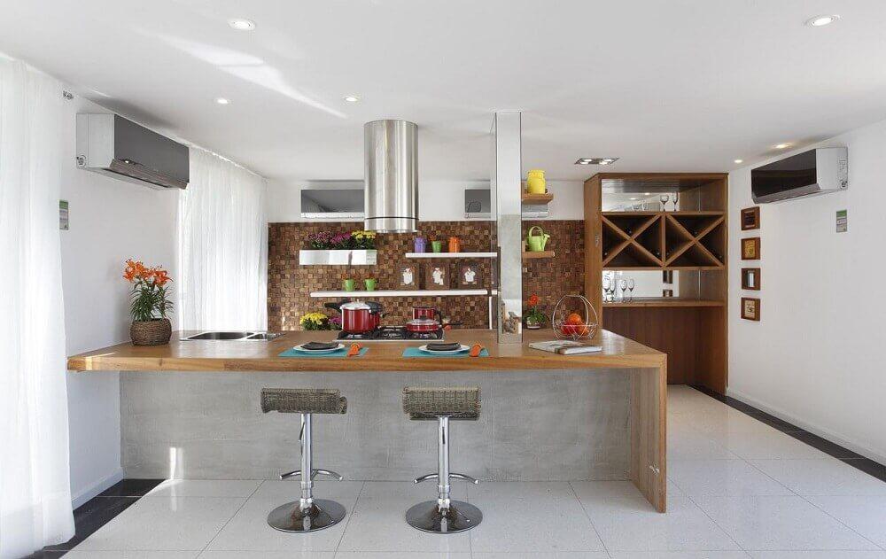 Decoração de cozinha americana com coifa cilíndrica