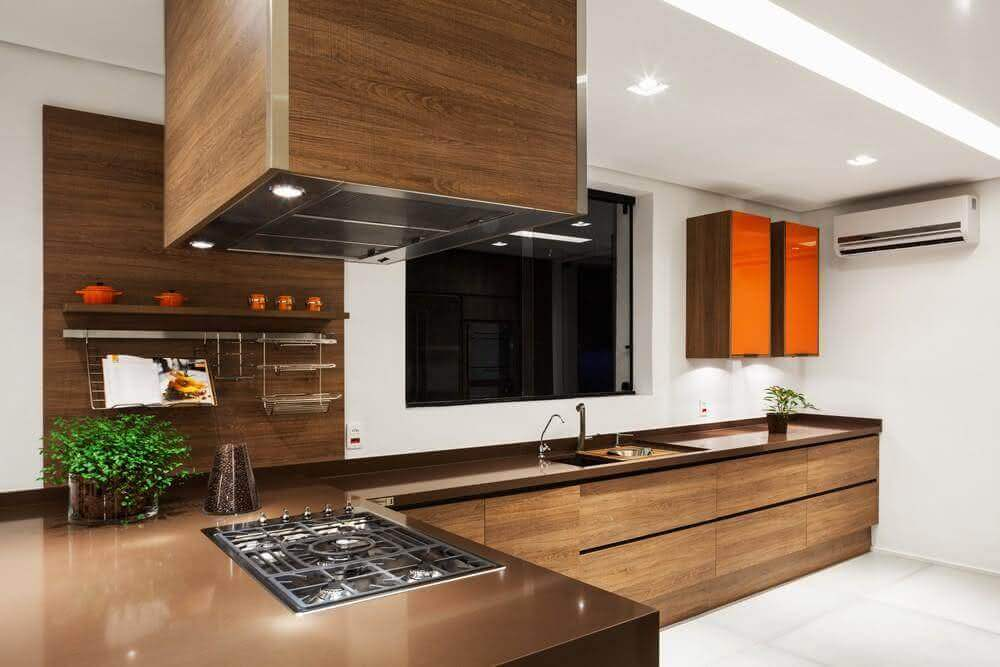 cozinha com armários de madeira e bancada de silestone marrom