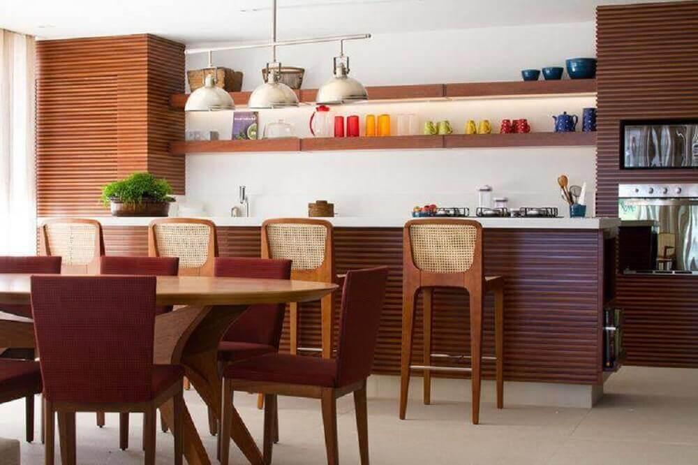cozinha com armários de madeira e banquetas para cozinha