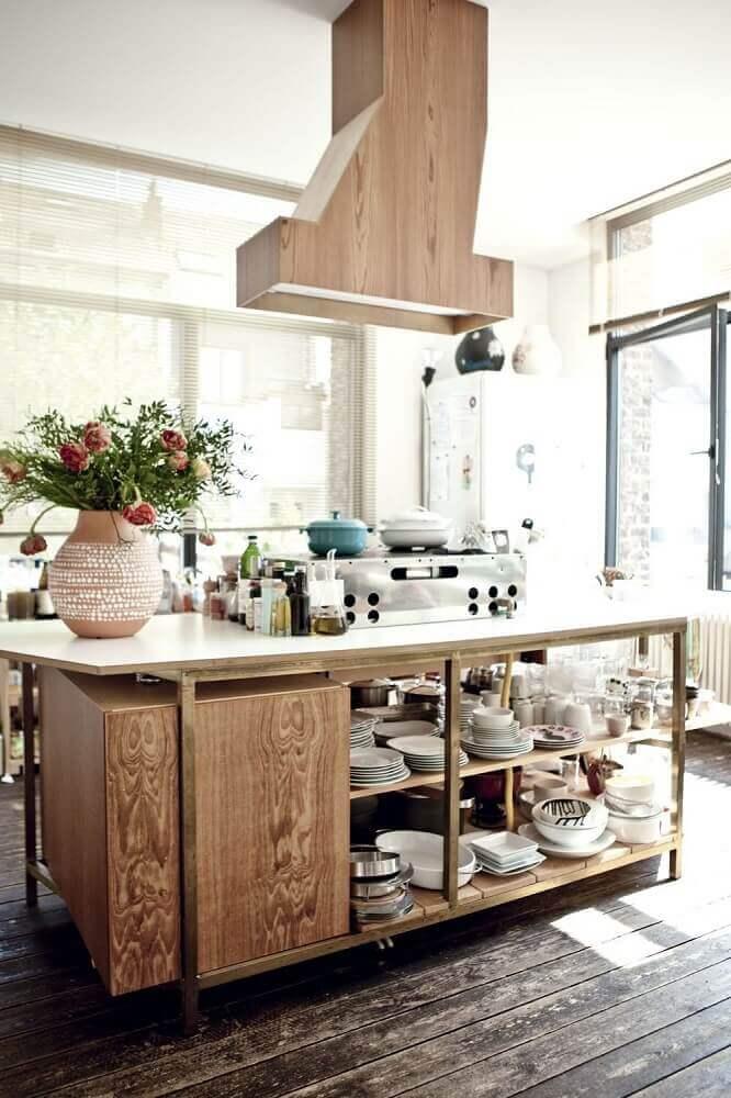 cozinha com coifa de ilha revestida de madeira