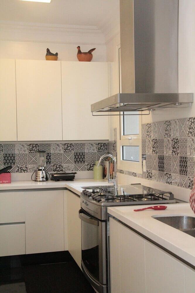 cozinha com coifa de parede de alumínio