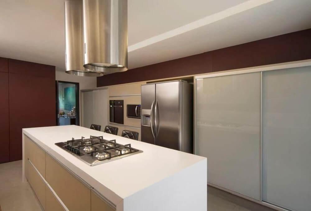 Cozinha com coifas de ilha em formato cilíndrico