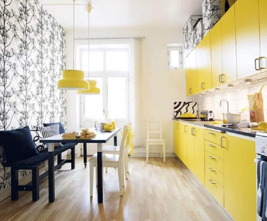 cozinha com pendentes amarelos