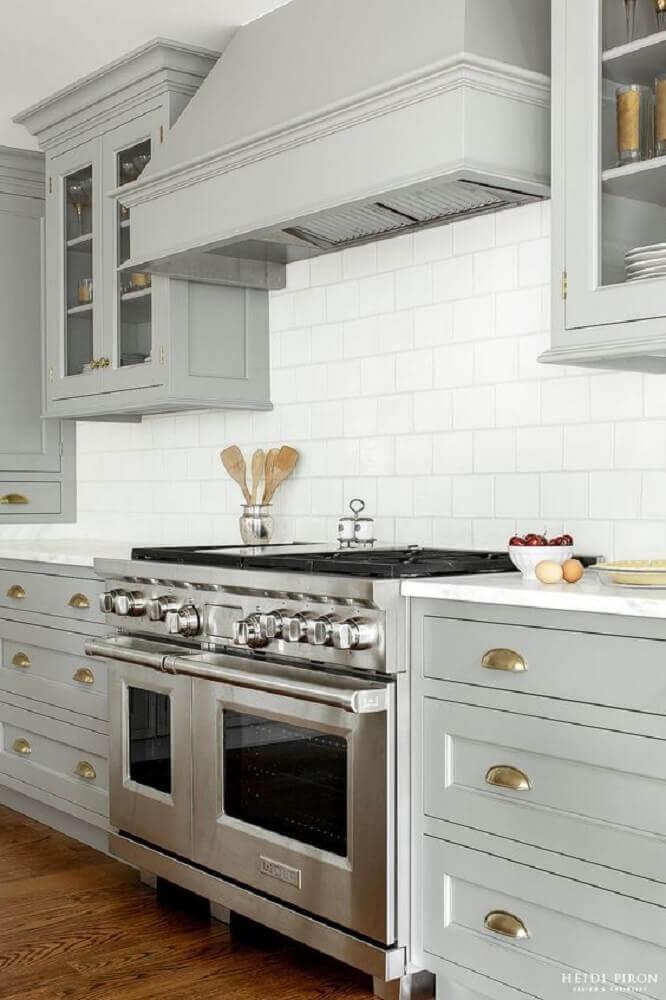 cozinha estilo clássico com coifa