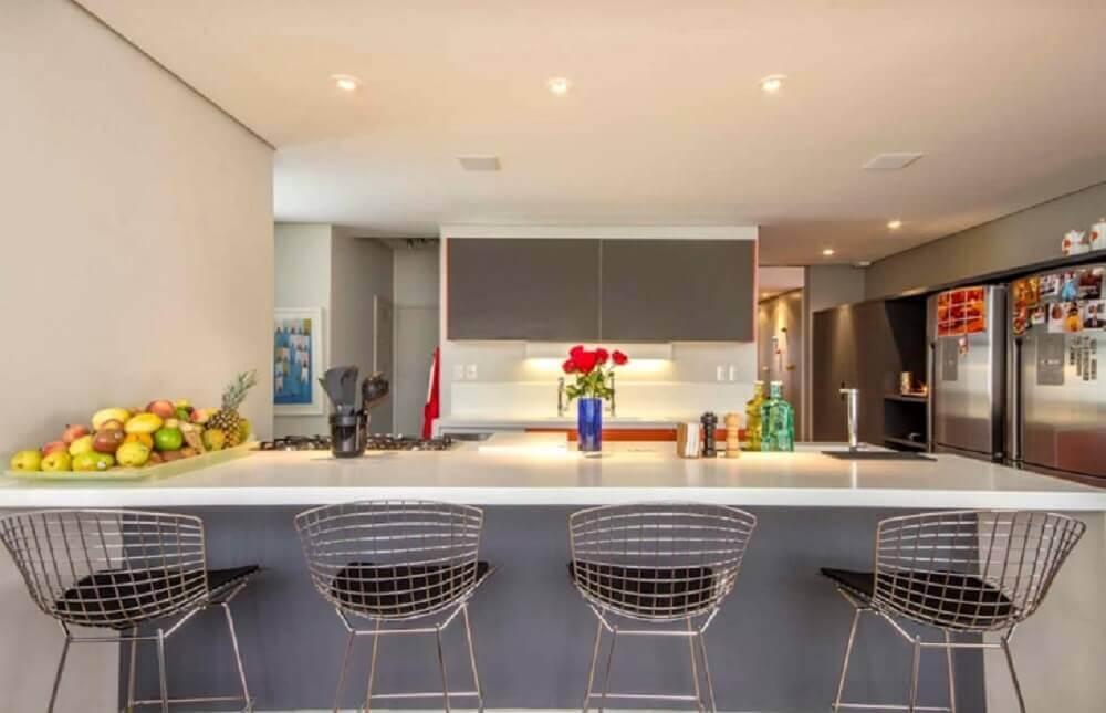 cozinha moderna com bancada de silestone branco
